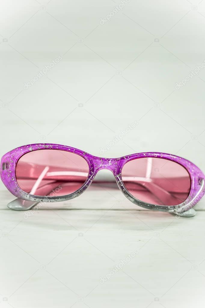 Παιδικά γυαλιά ηλίου σε λευκό φόντο — Φωτογραφία Αρχείου © puhimec ... 5c21a434ec0
