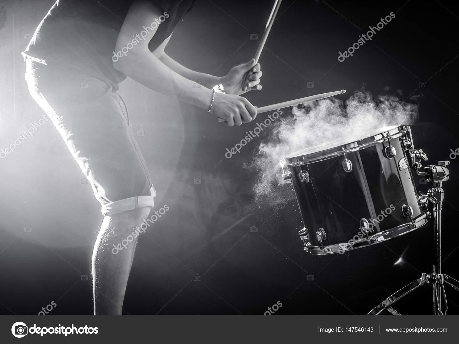 Luomo gioca strumento musica a percussione con bastoni un concetto