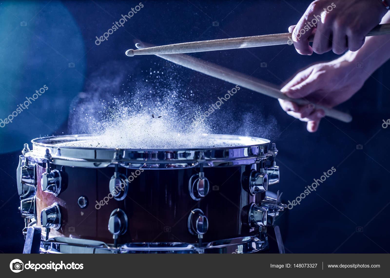 L uomo gioca strumento musica a percussione con bastoni un