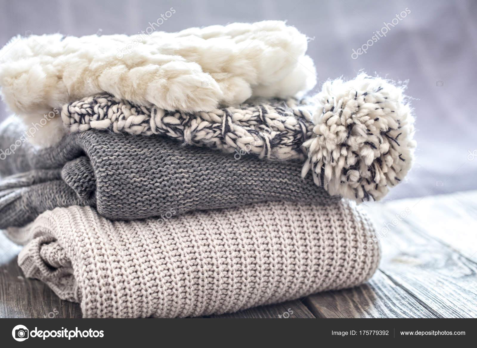 90ef304712fd krásné pletené šaty úhledně složenej