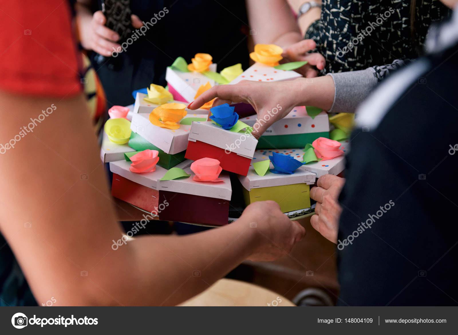 Schar von Menschen, die Geschenke — Stockfoto © Kulichok #148004109