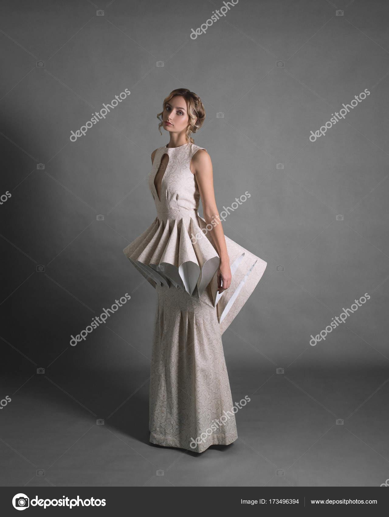 Stilvolle Frau in einem weißen Kleid — Stockfoto © Kulichok #173496394