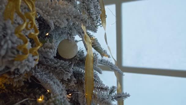 Vánoční ozdoba na strom se světly bokeh.