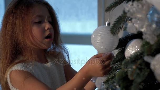 malá holčička, zdobení vánočního stromu