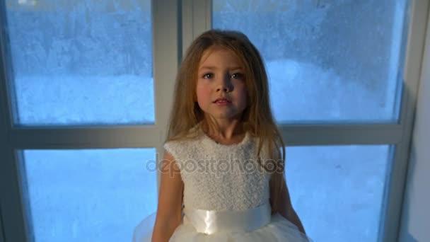 Bambina felice allalbero di Natale
