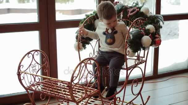 Malý chlapec na novoroční sáně