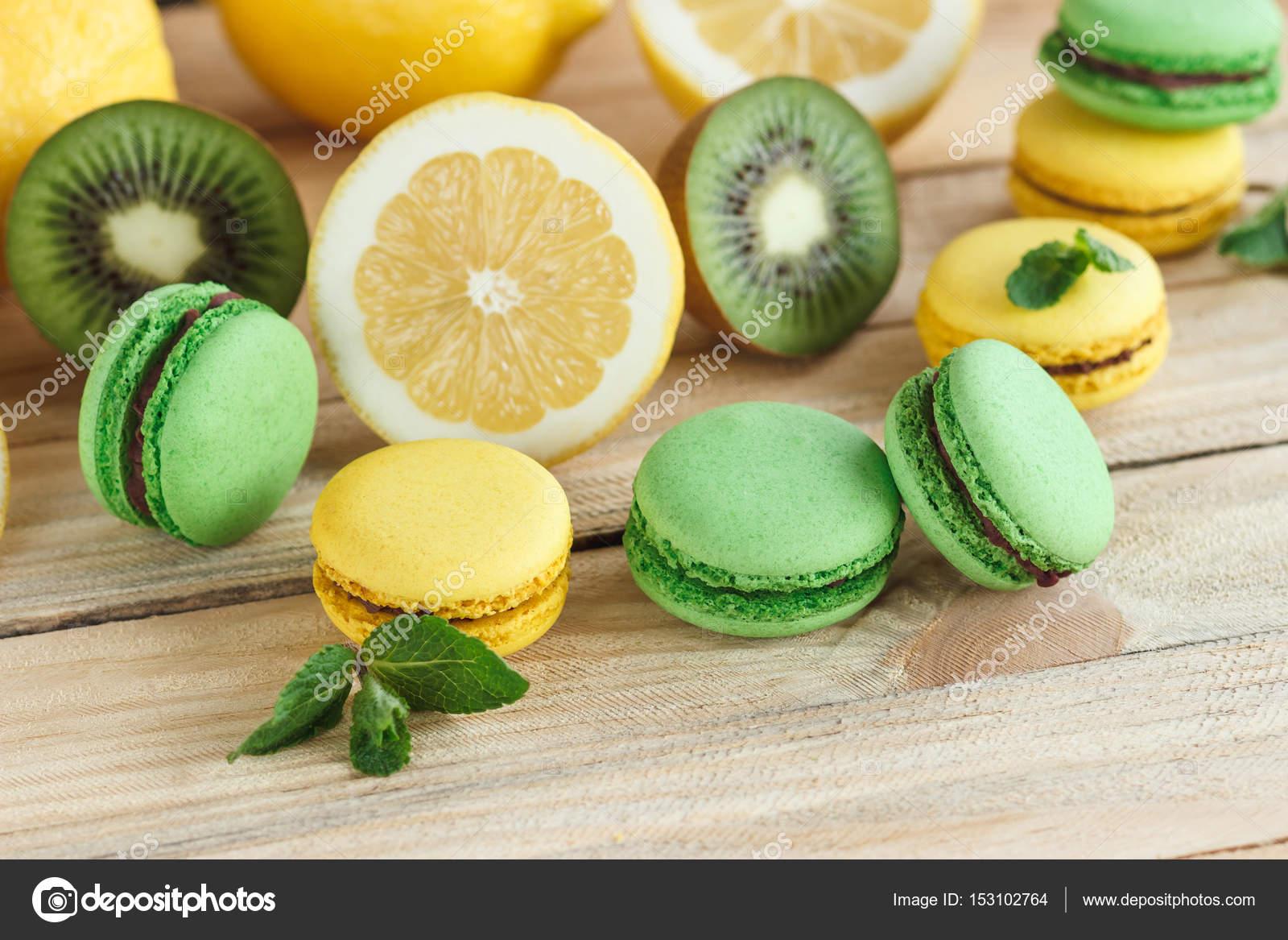 Macarons Di Verde E Giallo Con Decorazioni Kiwi Limone E Menta