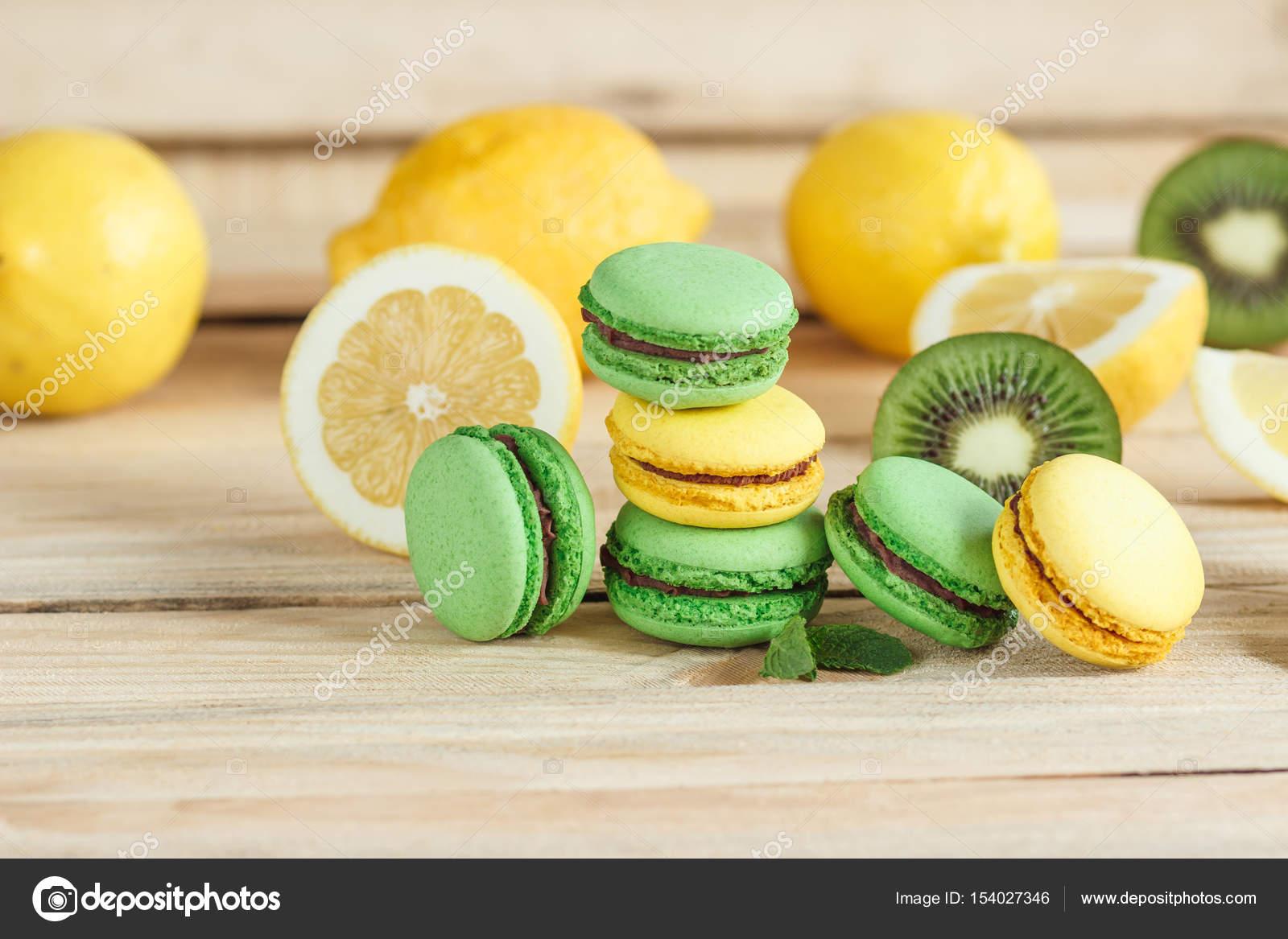 Macarons Francesi Verde E Giallo Con Decorazioni Kiwi Limone E