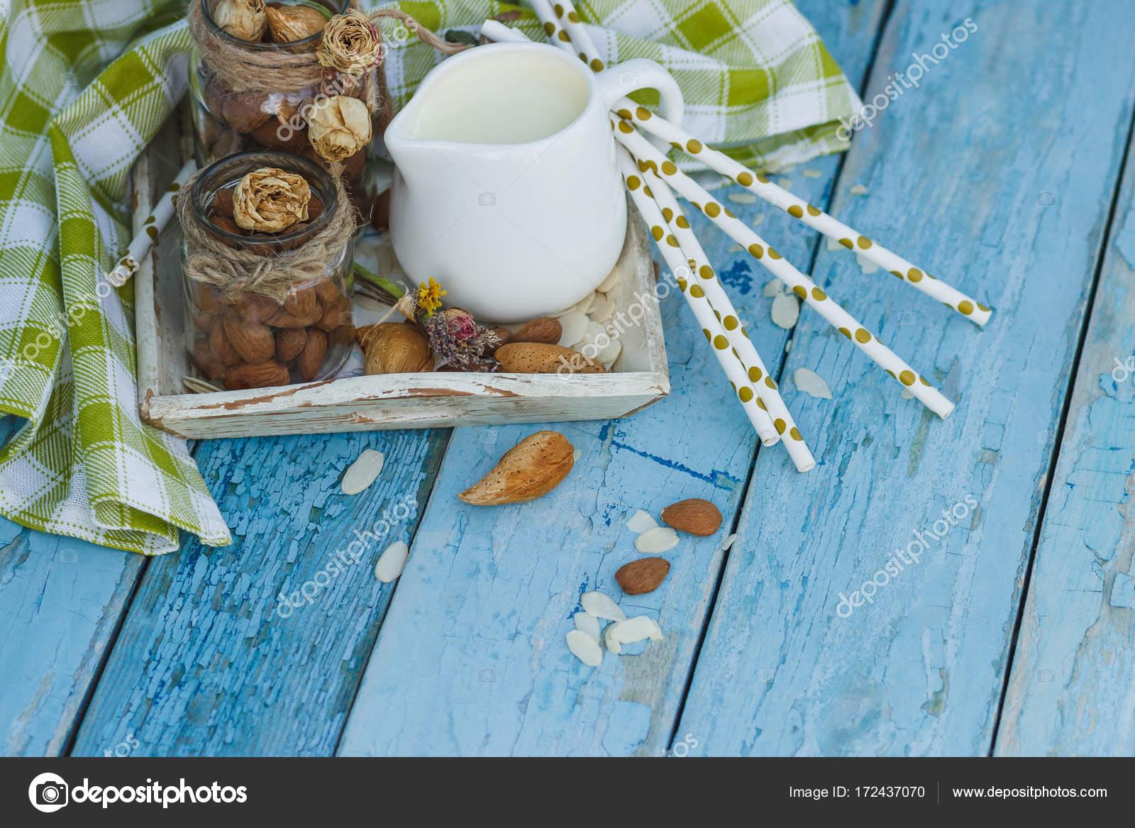 Vassoi In Legno Con Vetro : Mandorle in vetro vaso con latte sul vassoio in legno e tubi