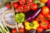 Insieme di varie verdure grezze fresche nel vassoio in legno, sfondo chiaro