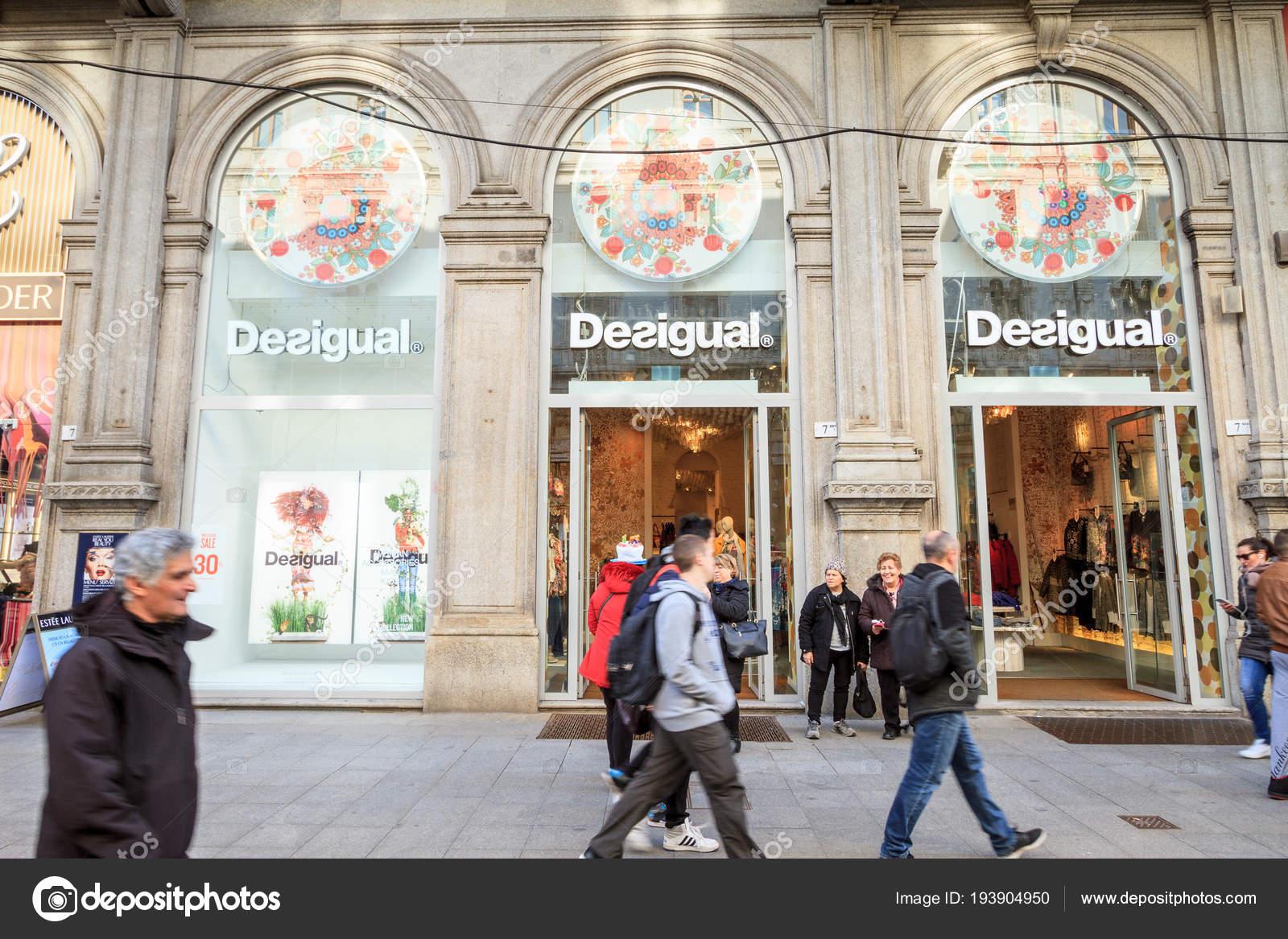 official photos ef5bd 2f662 Milano: Finestra di moda negozio Desigual, Italia, Europa ...