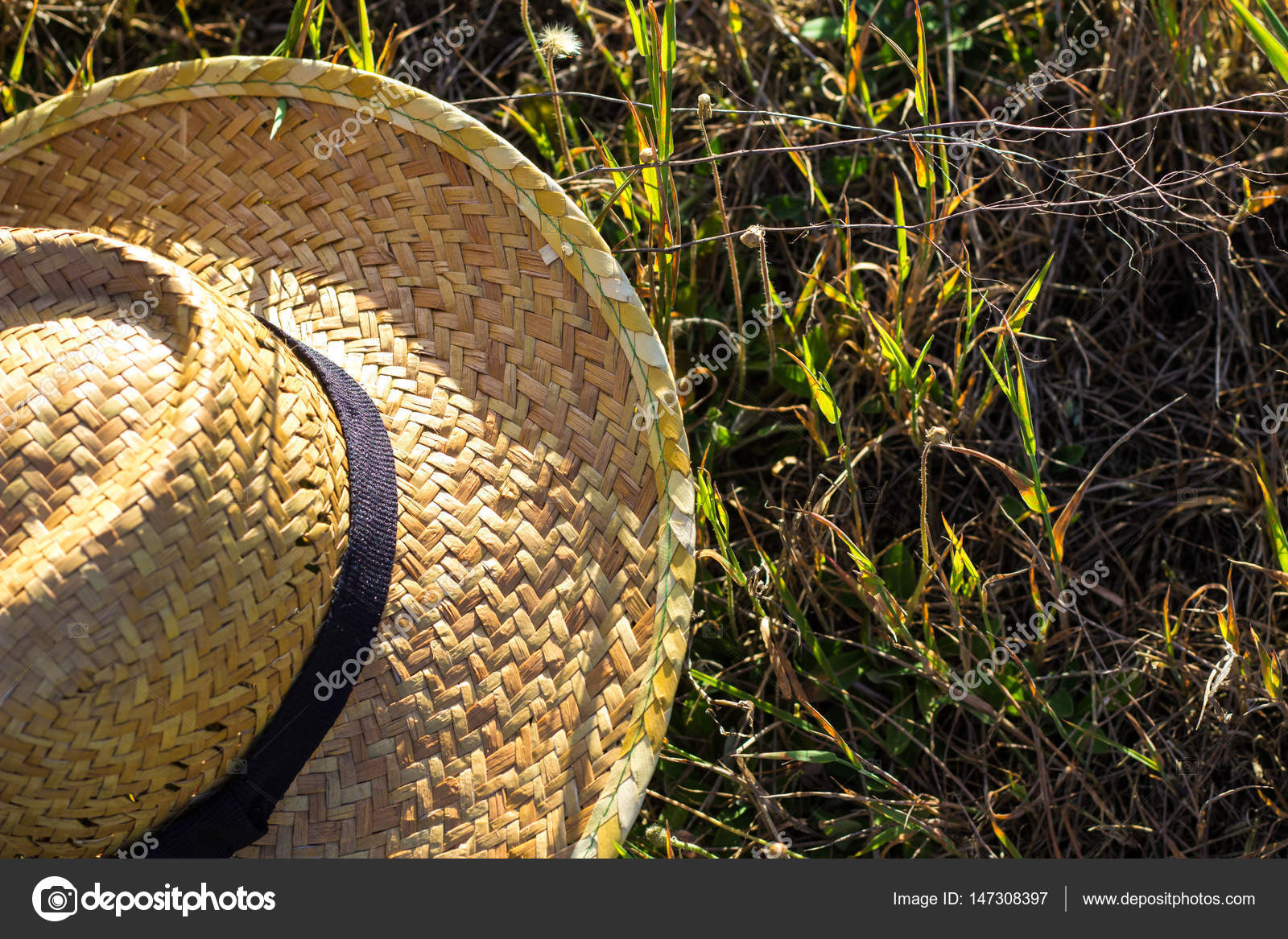 Cappello di paglia di tessuto giallo semplice contadino sulla composizione  di erba verde — Foto di entukio 60742bae5b38