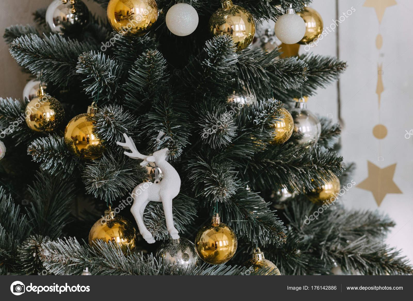 Künstlicher Geschmückter Weihnachtsbaum.Nahaufnahme Von Geschmückter Künstlicher Weihnachtsbaum Stockfoto