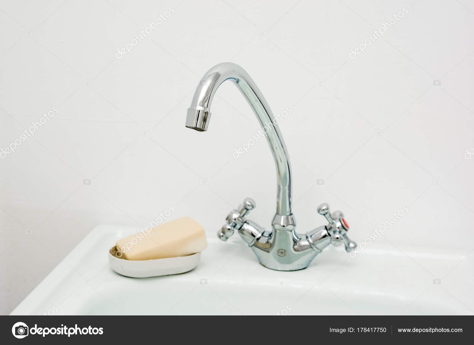 Lavabo bagno moderno con rubinetto cromato u foto stock