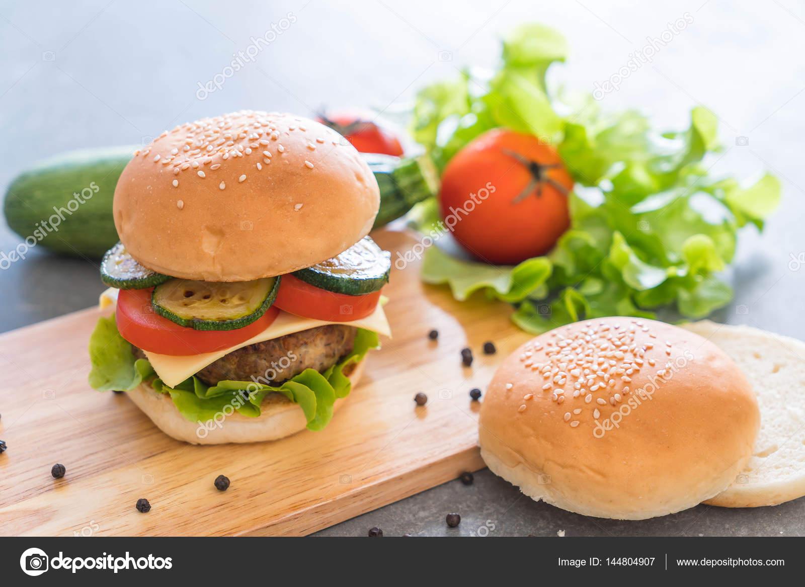 Hamb Rguer Na Placa De Madeira Cozinha Americana Stock Photo  ~ Cozinha Americana Em Madeira