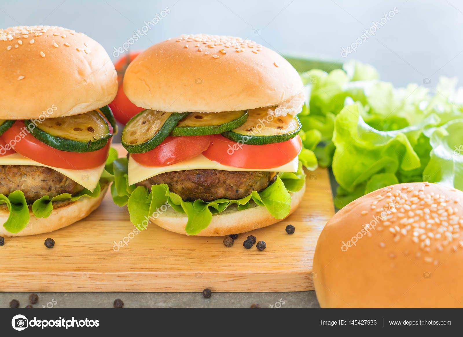 Hamb Rguer Na Placa De Madeira Cozinha Americana Stock Photo