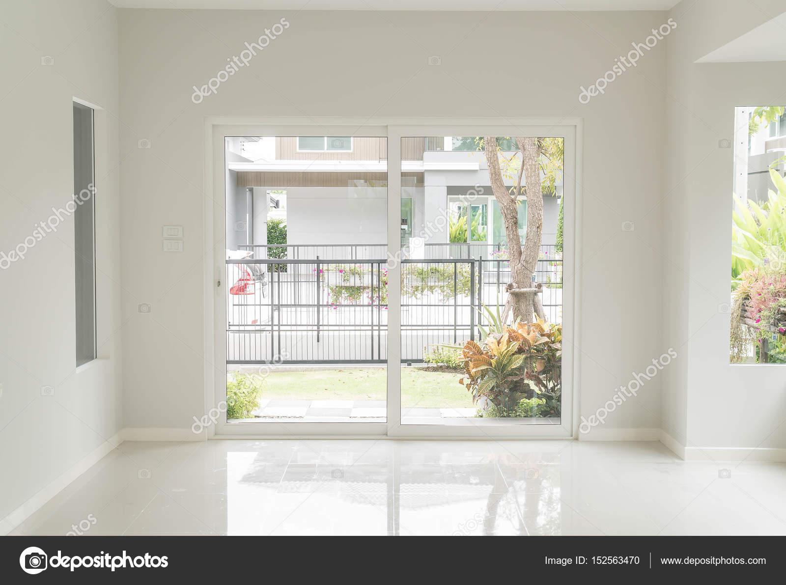 lege deur in woonkamer interieur achtergrond — Stockfoto © topntp ...