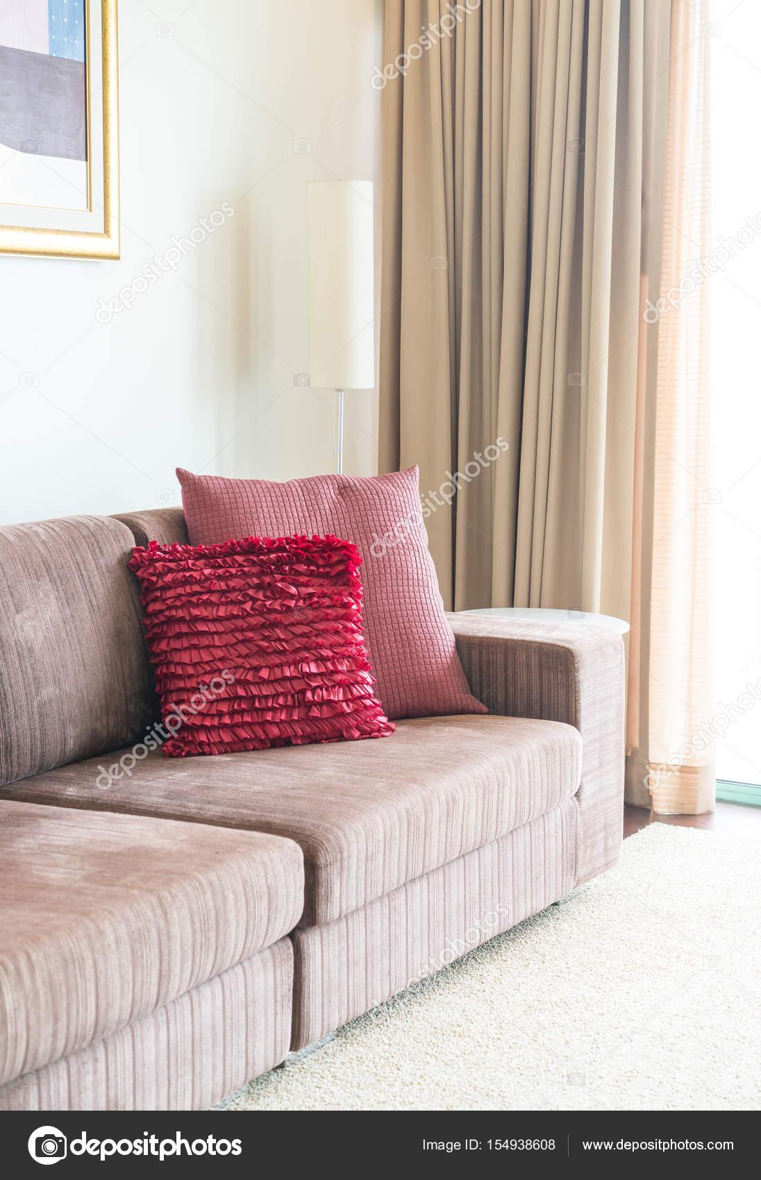 Schone Kissen Auf Sofa Dekoration Im Wohnzimmer Stockfoto C Topntp