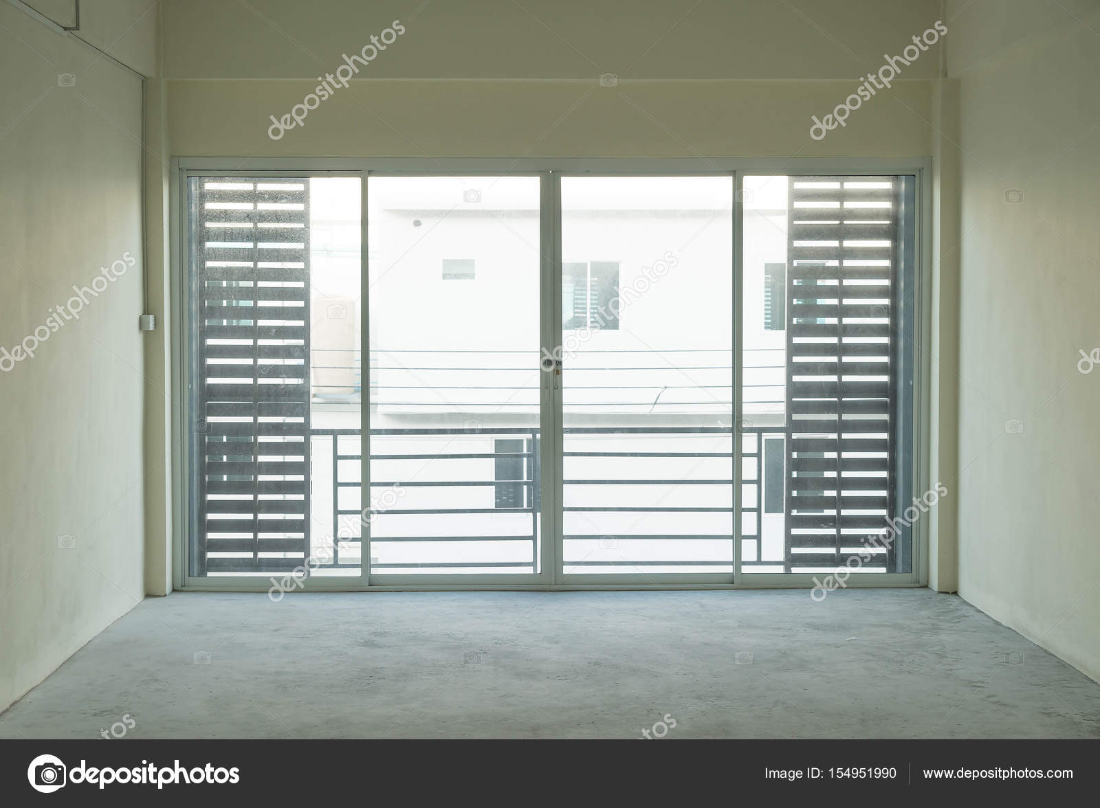 https://st3.depositphotos.com/8687452/15495/i/1600/depositphotos_154951990-stockafbeelding-lege-glazen-deur-in-de.jpg
