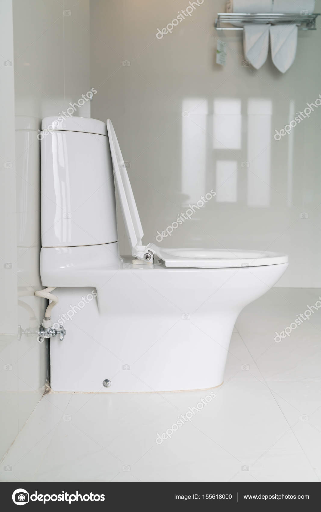 Toilet stoel decoratie in de badkamer — Stockfoto © topntp #155618000
