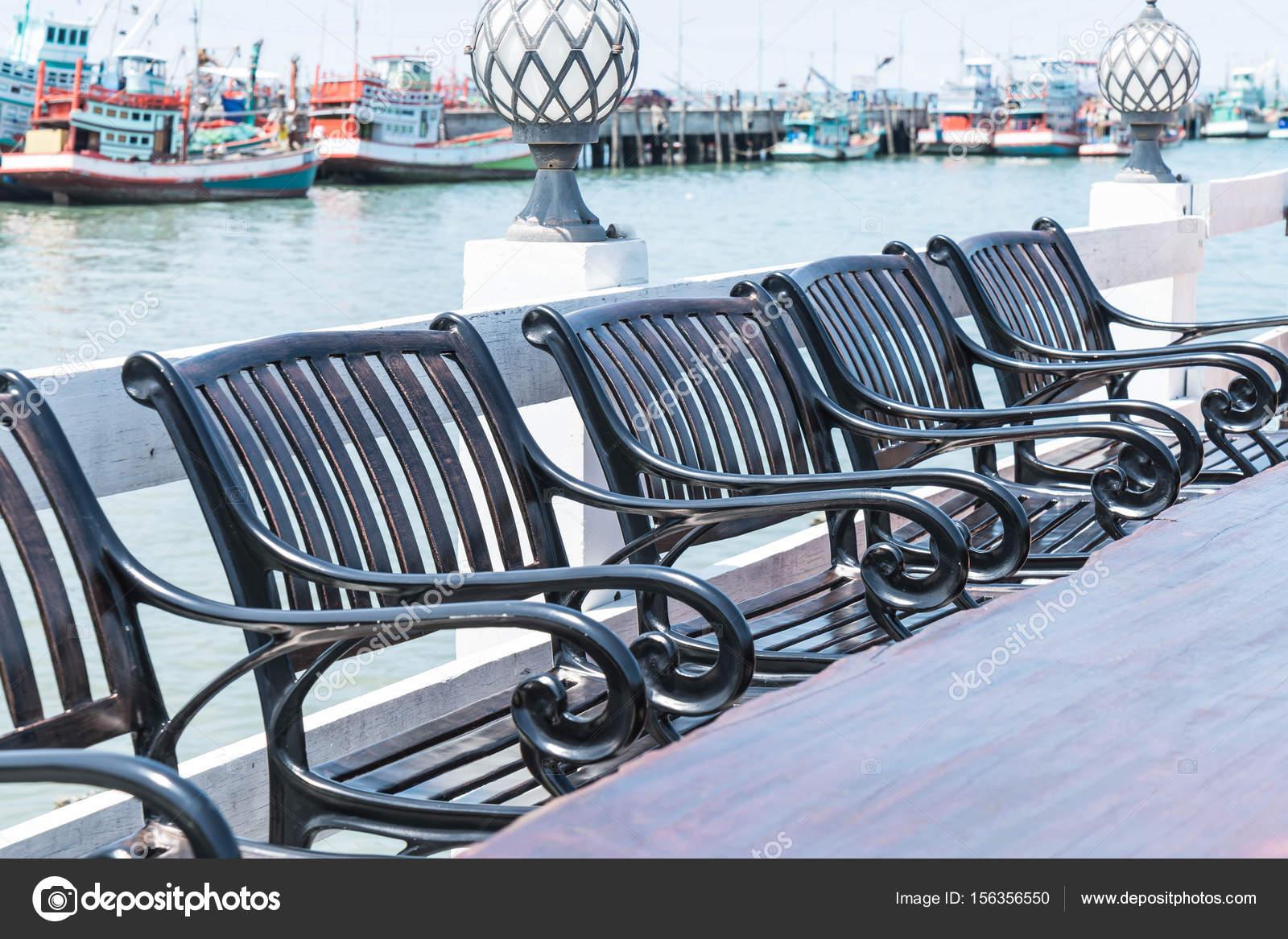 chaise et une table au restaurant terrasse avec vue sur la mer photographie topntp 156356550. Black Bedroom Furniture Sets. Home Design Ideas