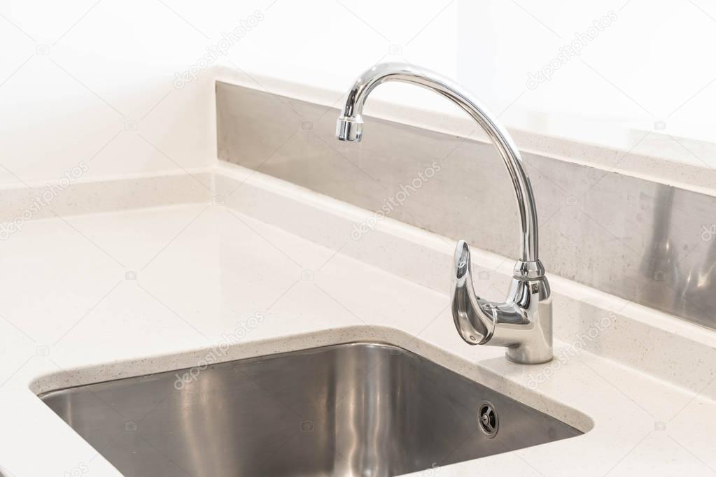 wasserhahn waschbecken und wasser tab dekoration in k che stockfoto topntp 156602618. Black Bedroom Furniture Sets. Home Design Ideas