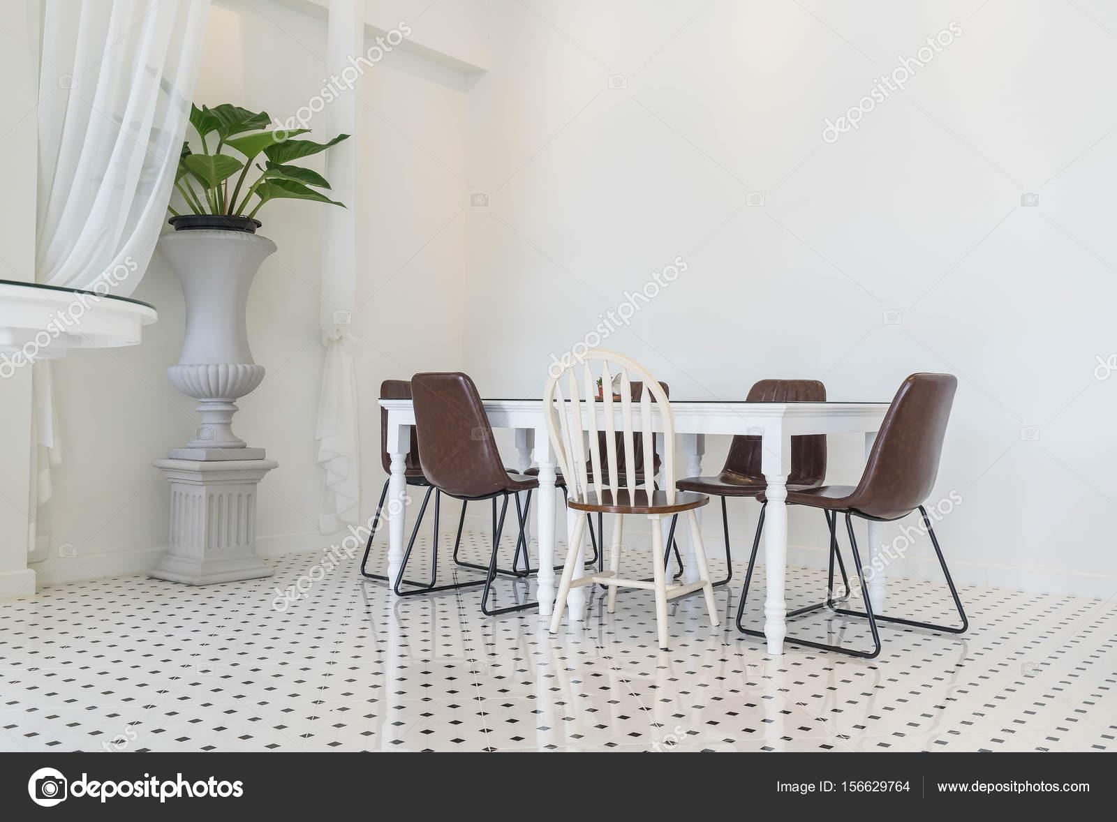 Lege eettafel interieurdecoratie u stockfoto topntp