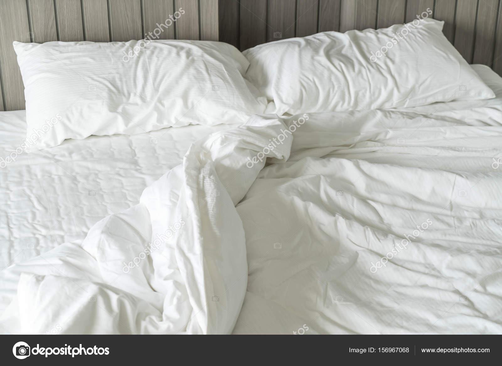 zerw hlten bett mit wei en chaotisch kissen dekoration im schlafzimmer stockfoto topntp. Black Bedroom Furniture Sets. Home Design Ideas