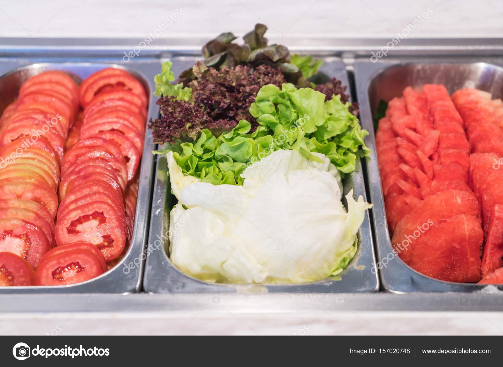 Buffet Di Insalate Miste : Buffet di insalate nel ristorante u foto stock topntp