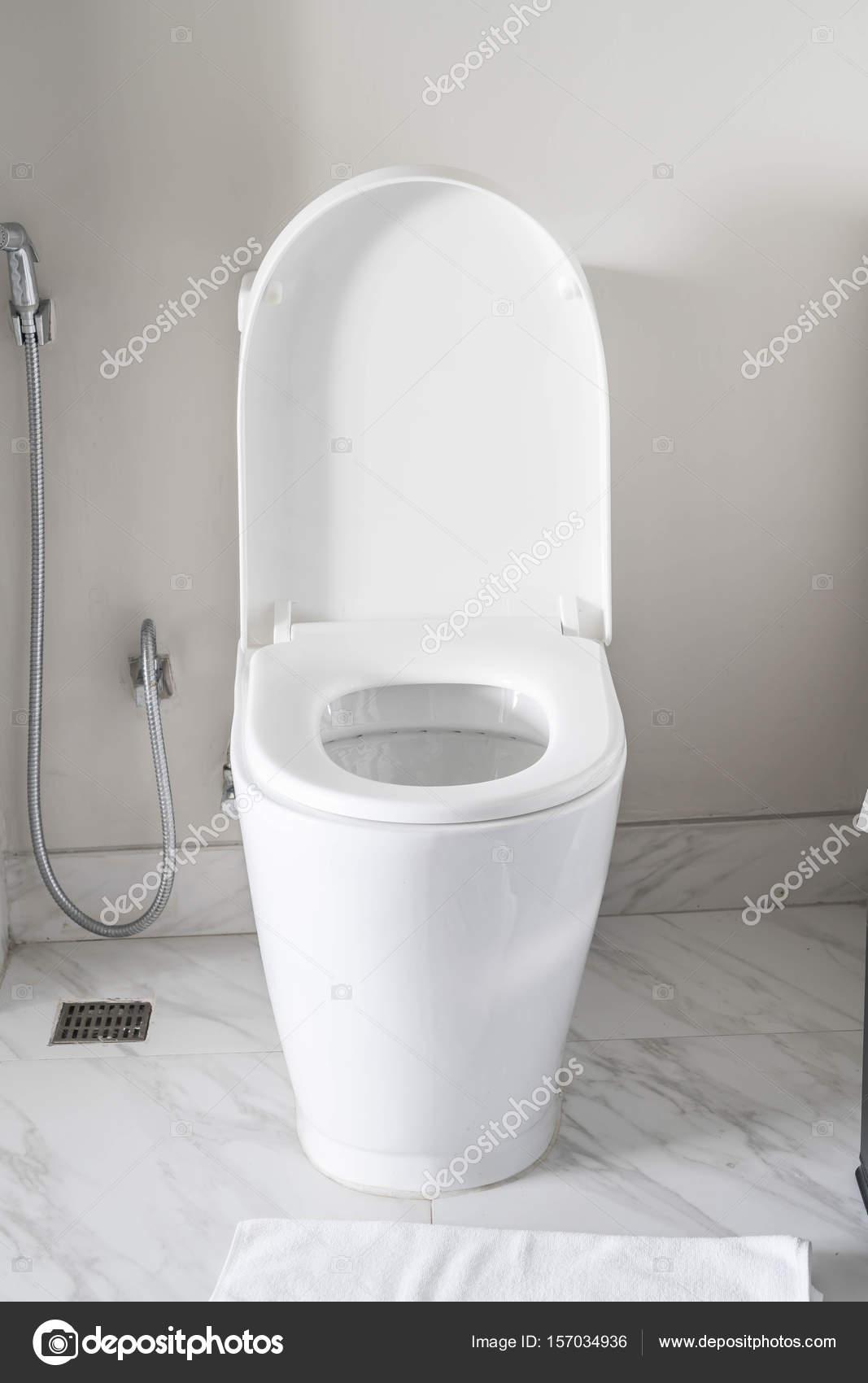 toilet stoel decoratie in badkamer interieur — Stockfoto © topntp ...