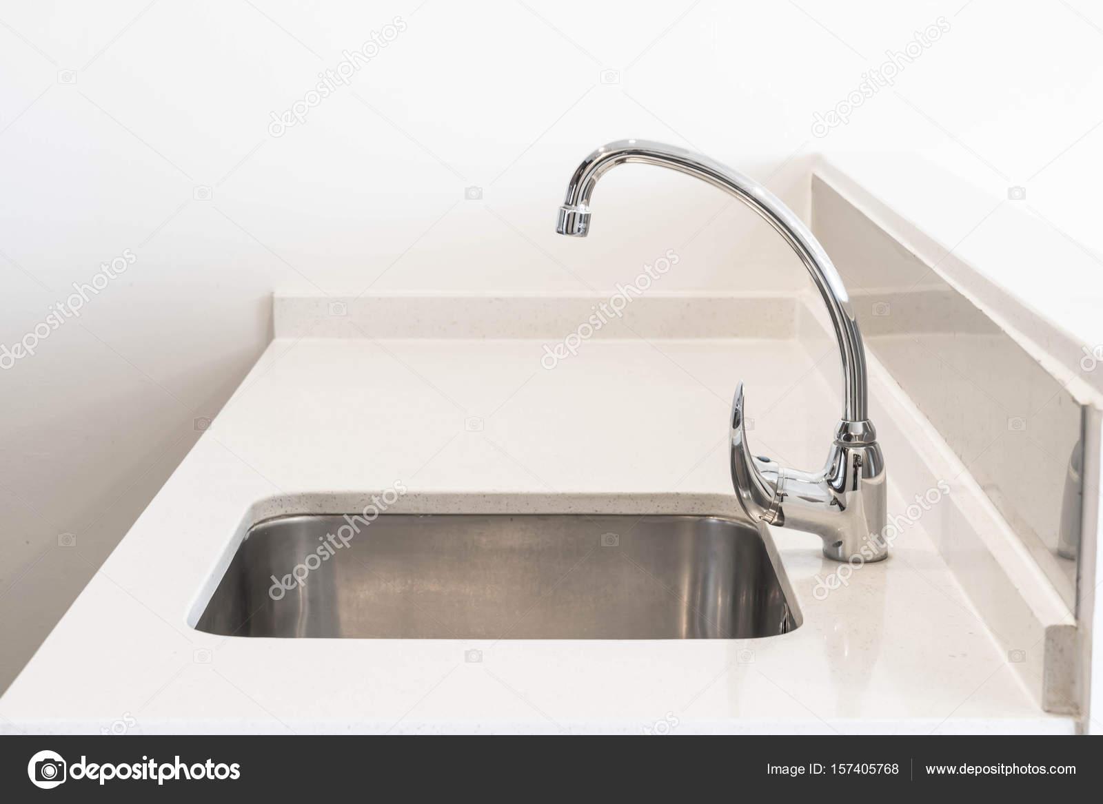 Kraan wastafel en water tab decoratie in de keuken kamer u2014 stockfoto