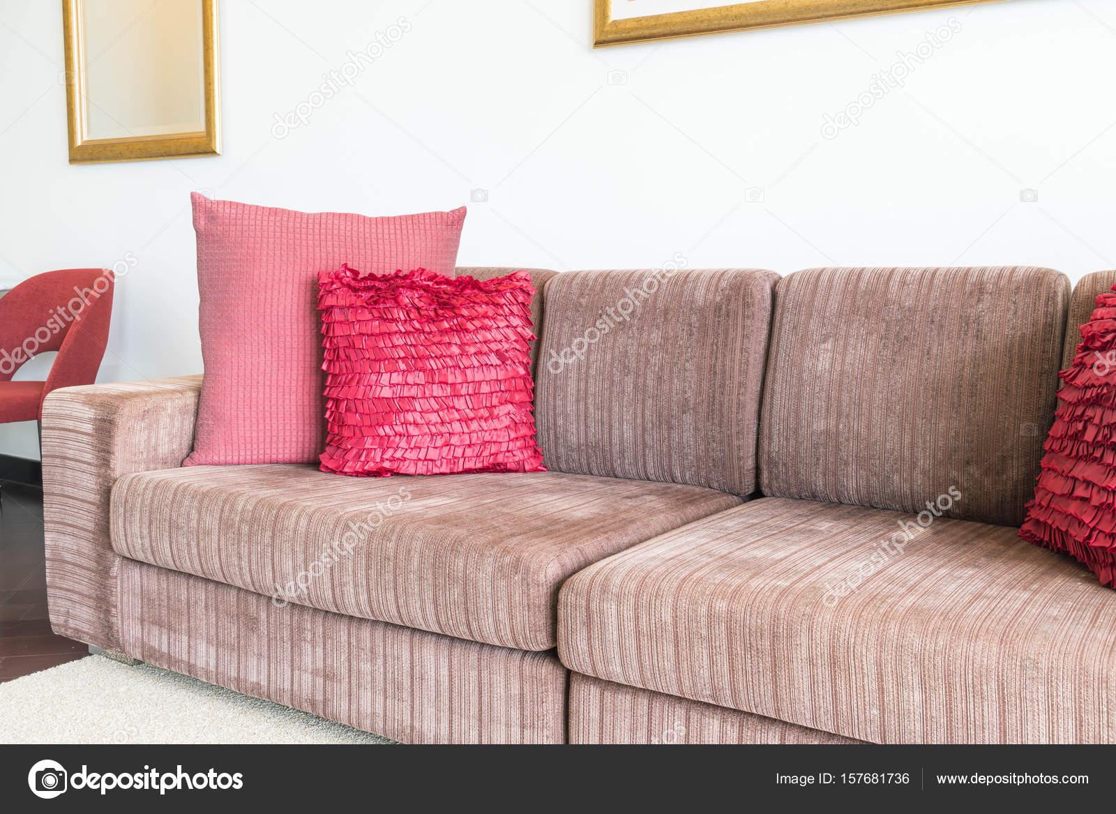 Schöne Kissen auf Sofa Dekoration im Wohnzimmer — Stockfoto © topntp ...