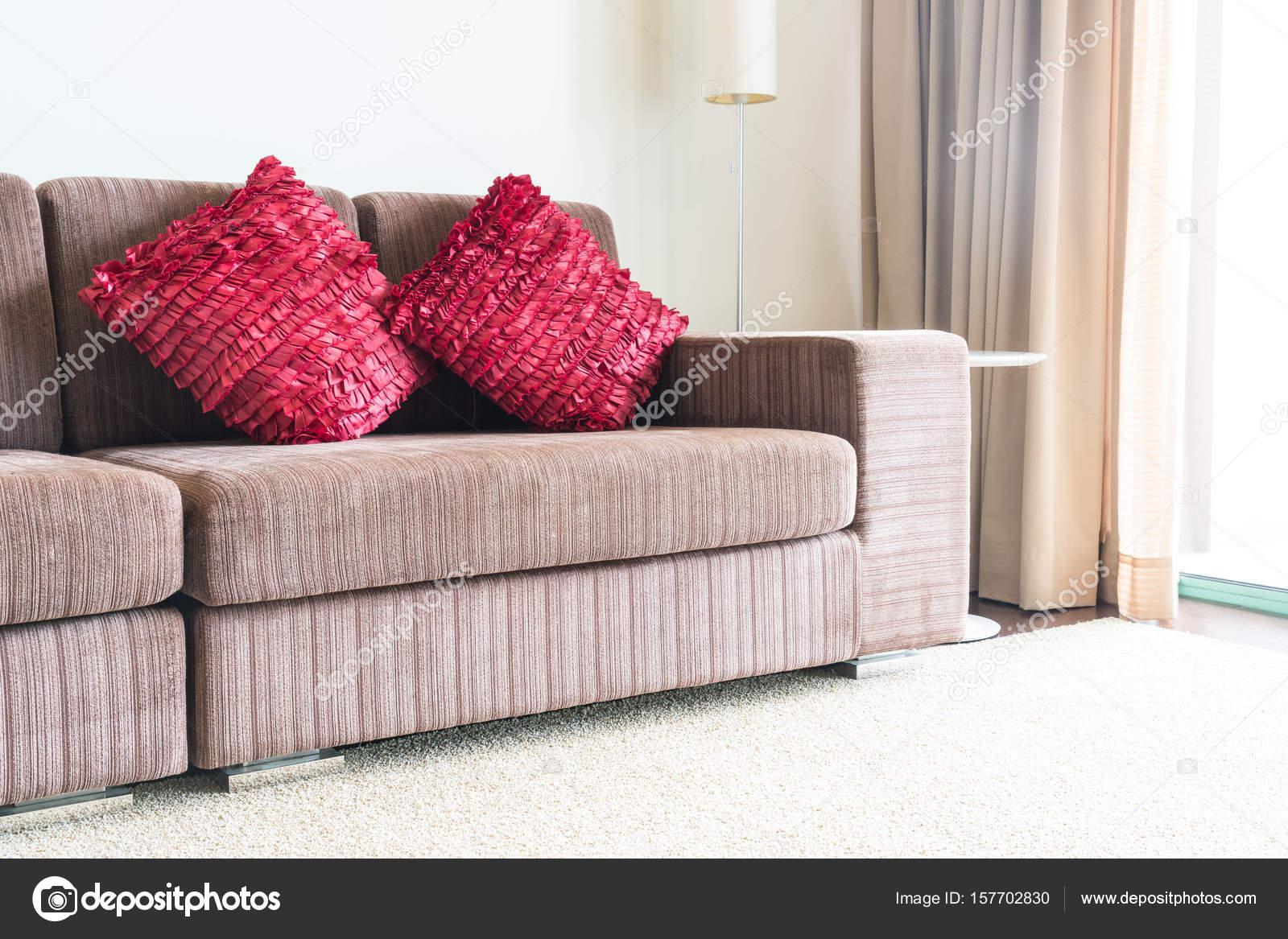 Schne Dekoration Wohnzimmer : Schöne kissen auf sofa dekoration im wohnzimmer u stockfoto