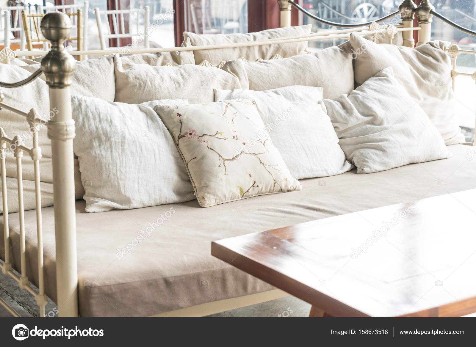 Schone Kissen Auf Sofa Stockfoto C Topntp 158673518