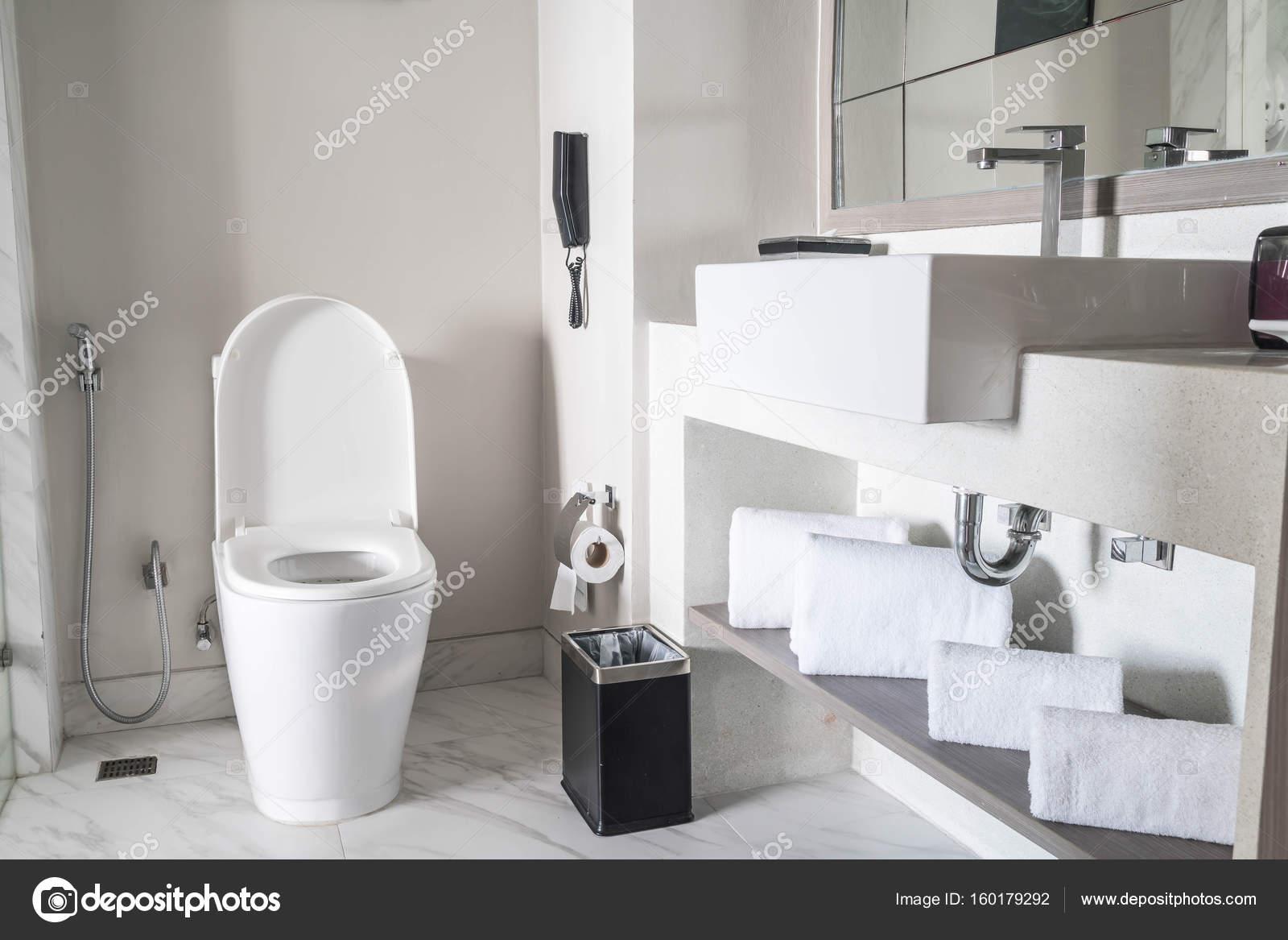 WC Sitz Dekoration im Badezimmer Interieur — Stockfoto © topntp ...