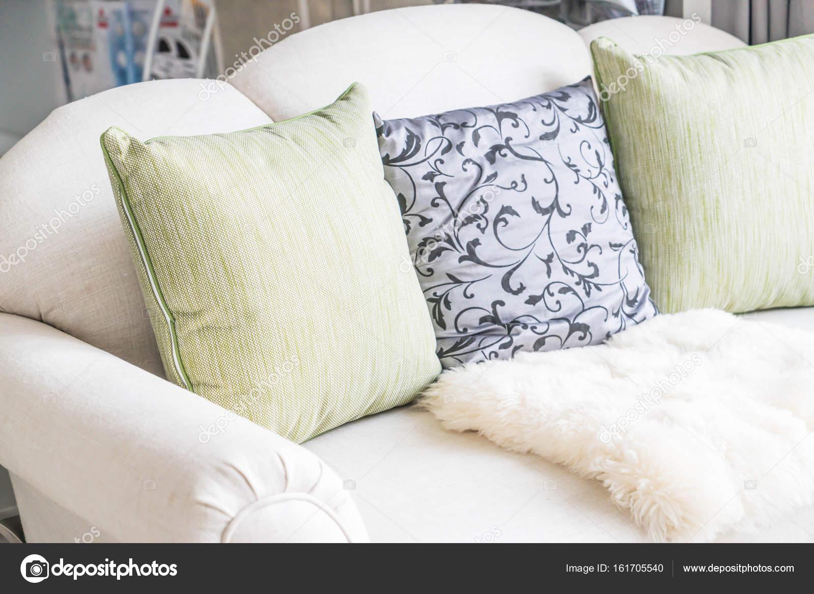 Schone Kissen Auf Sofa Stockfoto C Topntp 161705540