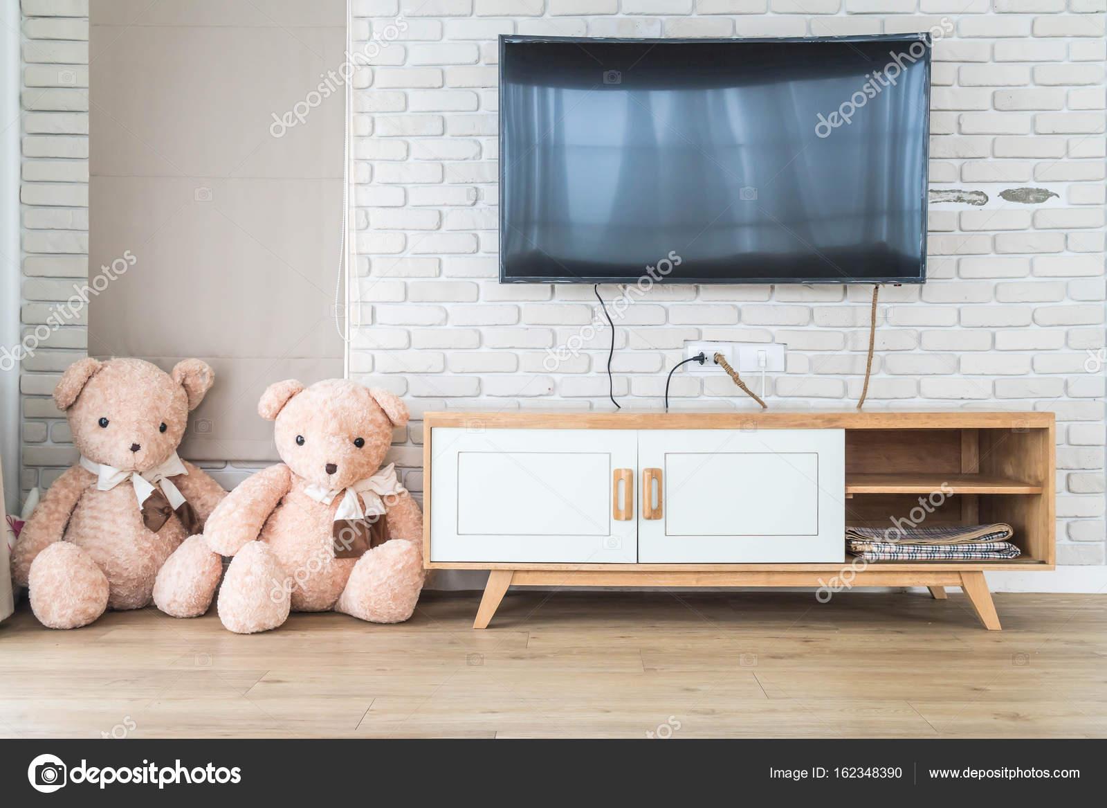Woonkamer met led tv op de muur en houten tafel — Stockfoto © topntp ...