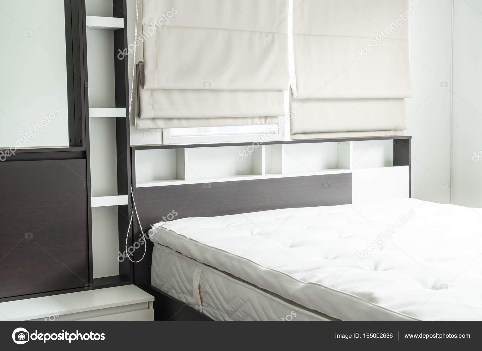 letto con mensola in legno decorazione di interni — Foto Stock ...
