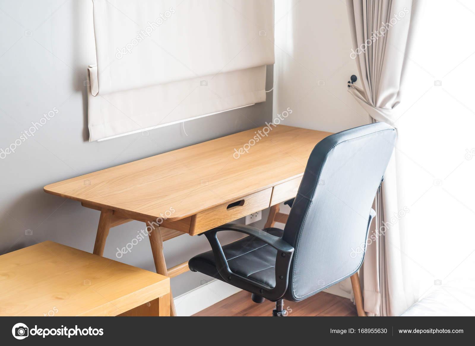 Tisch und Stuhl - Arbeitsplatz zu Hause — Stockfoto © topntp #168955630