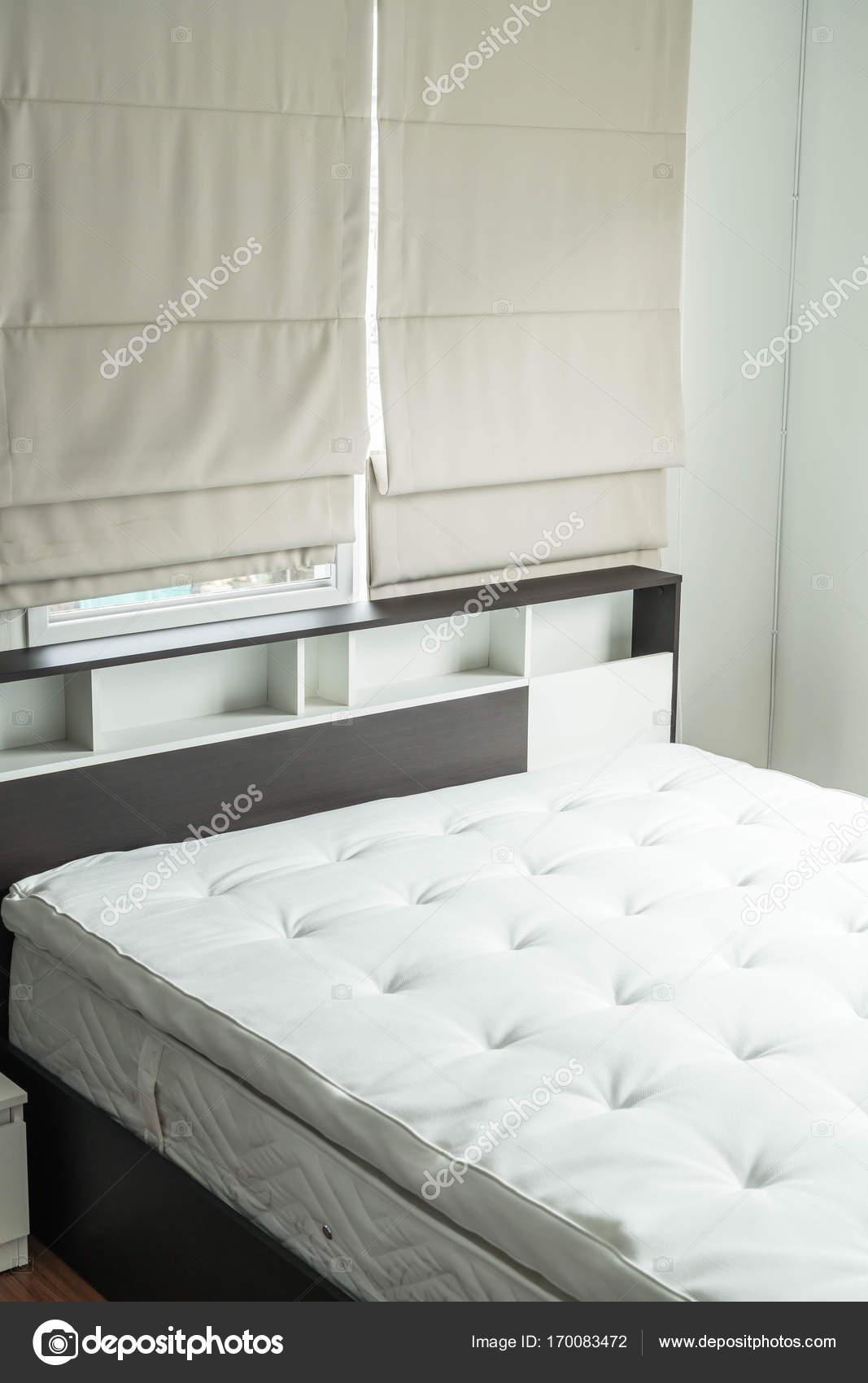 łóżko Z Drewna Półka Wnętrz I Zdjęcie Stockowe Topntp