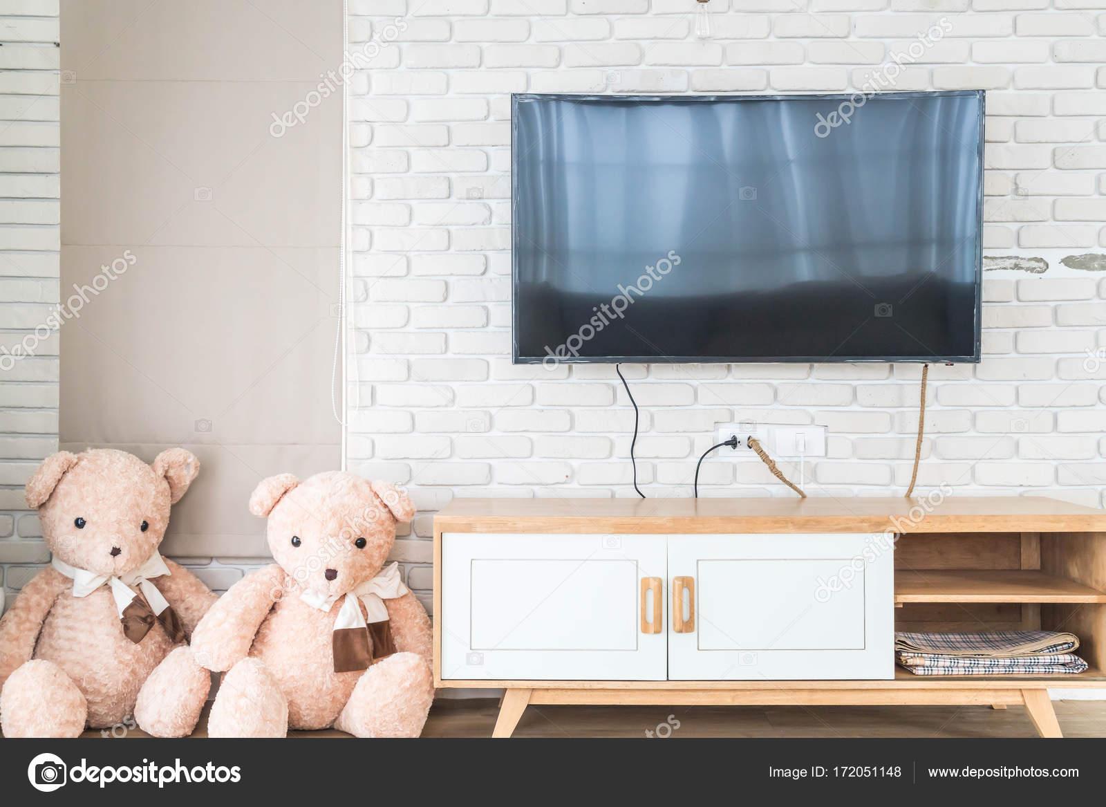 Woonkamer met led tv op de muur en houten tafel u stockfoto