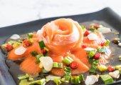 friss nyers fűszeres lazac saláta