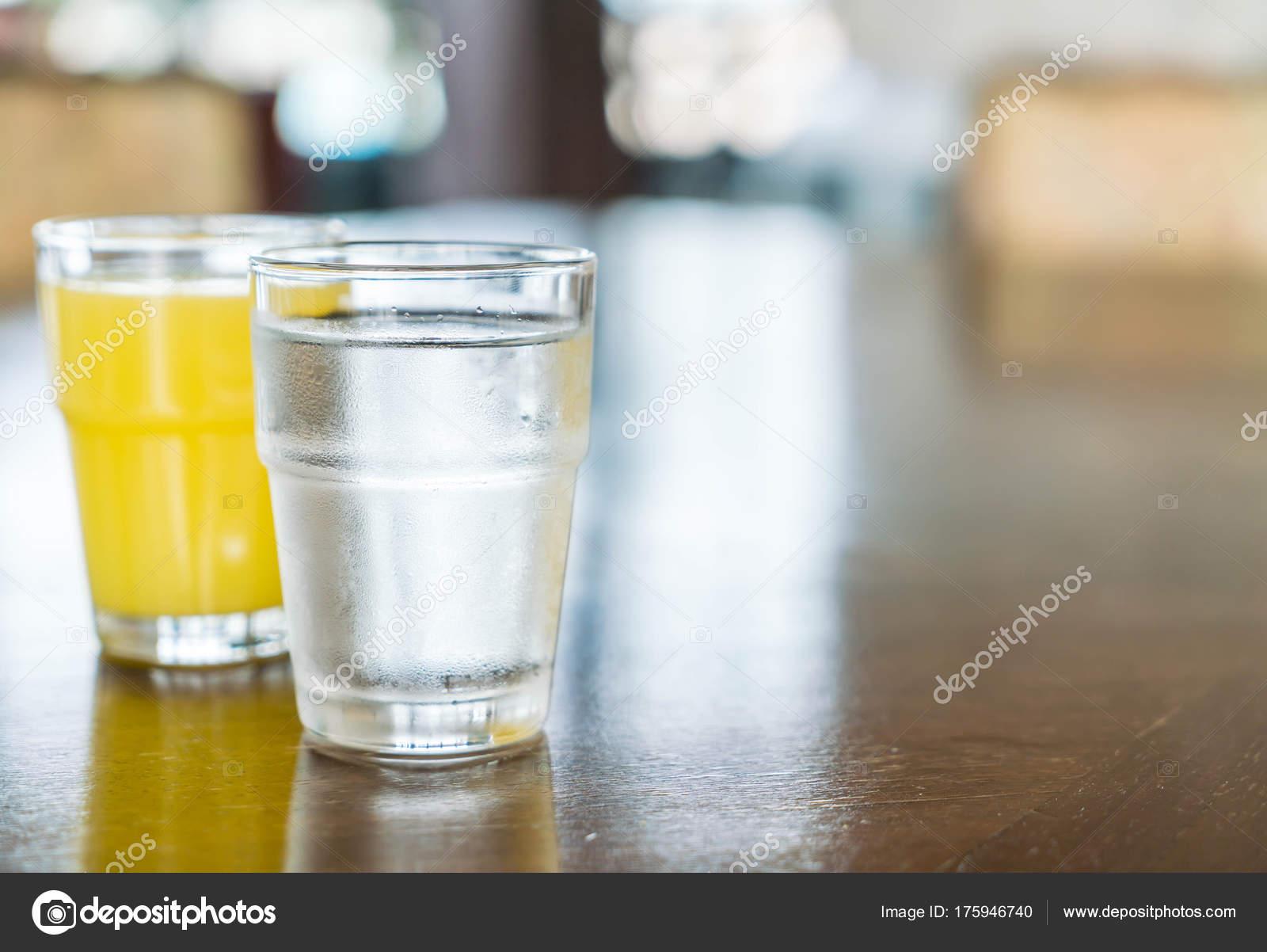 Vaso De Agua Con Jugo De Piña