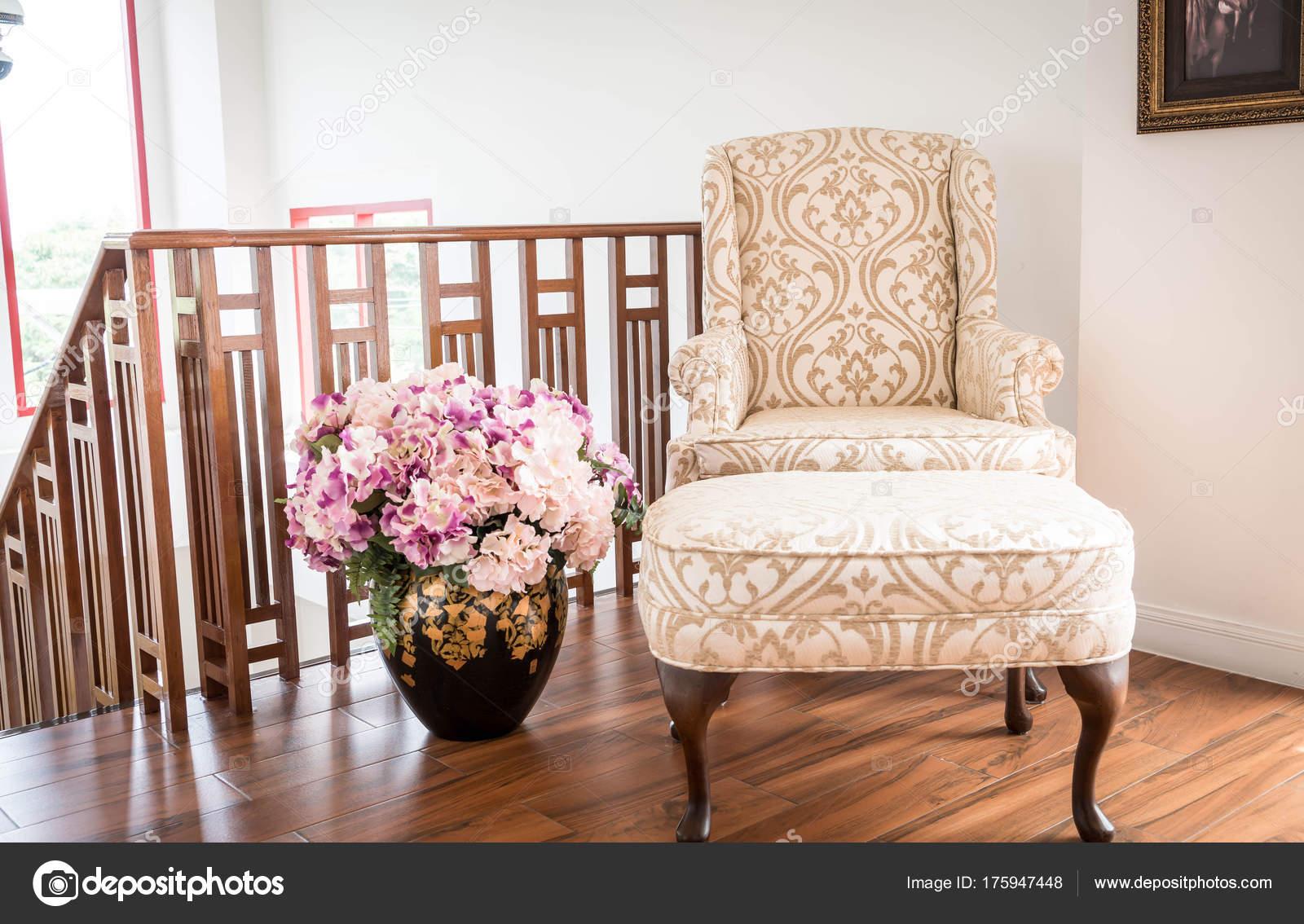 Oude fauteuil decoratie in huis u2014 stockfoto © topntp #175947448