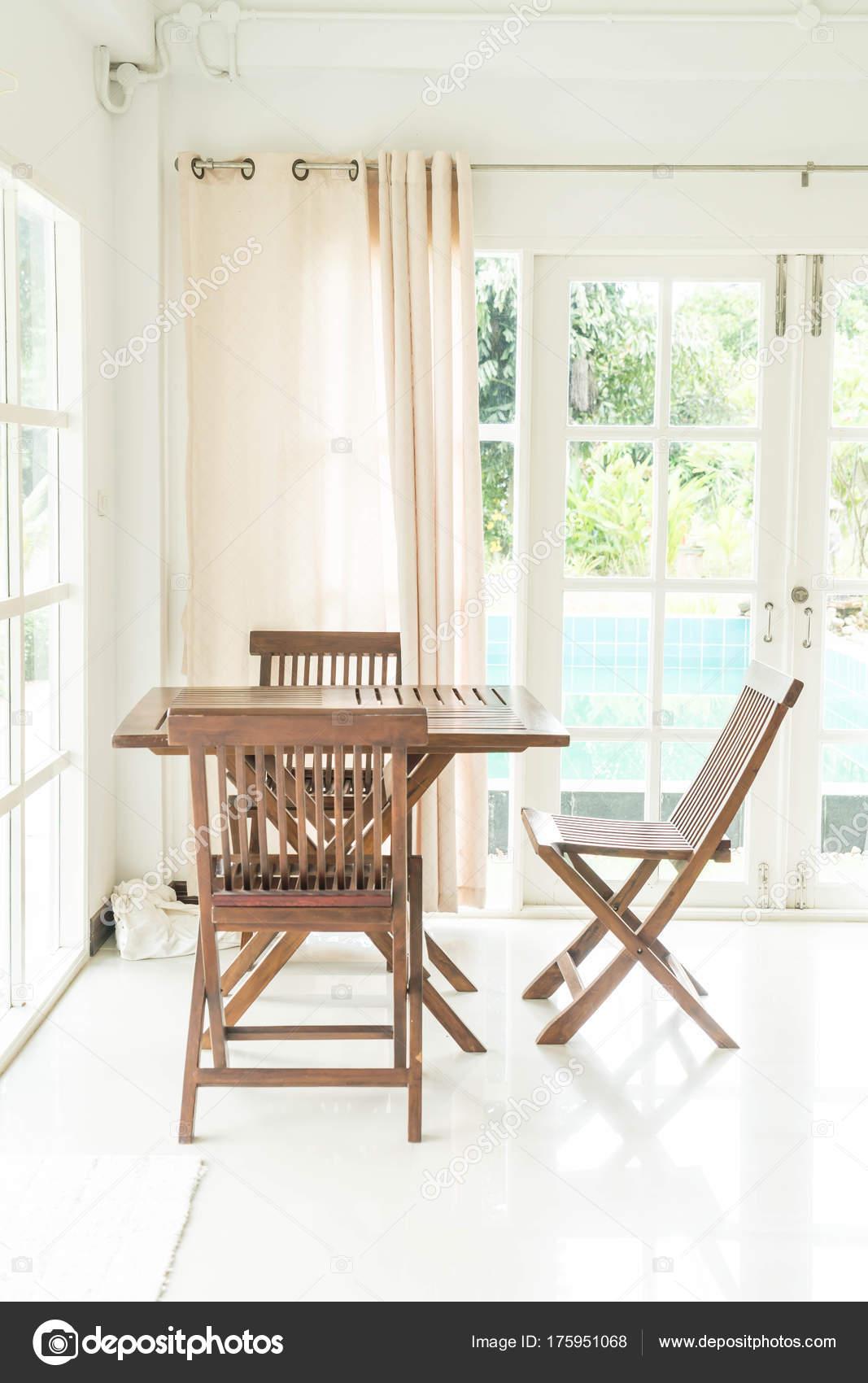 leere Tabelle und Stuhl im Wohnzimmer — Stockfoto © topntp #175951068