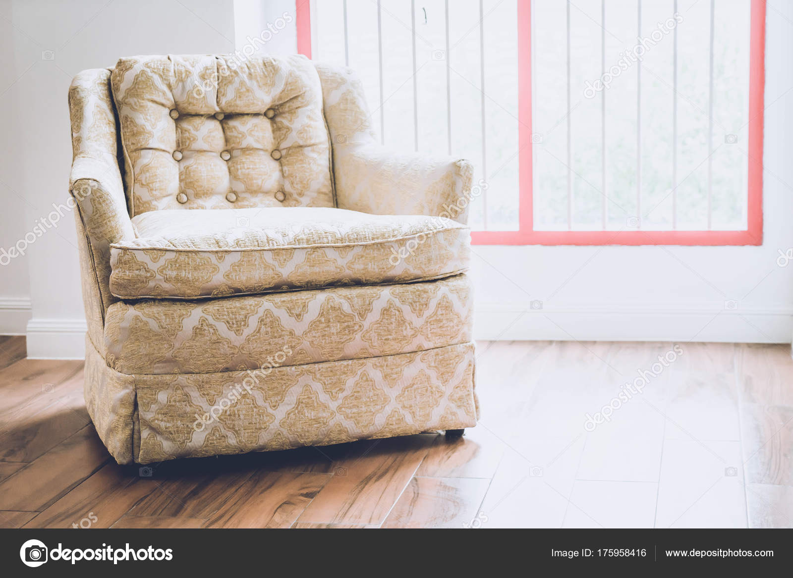 Oude fauteuil decoratie in huis u2014 stockfoto © topntp #175958416