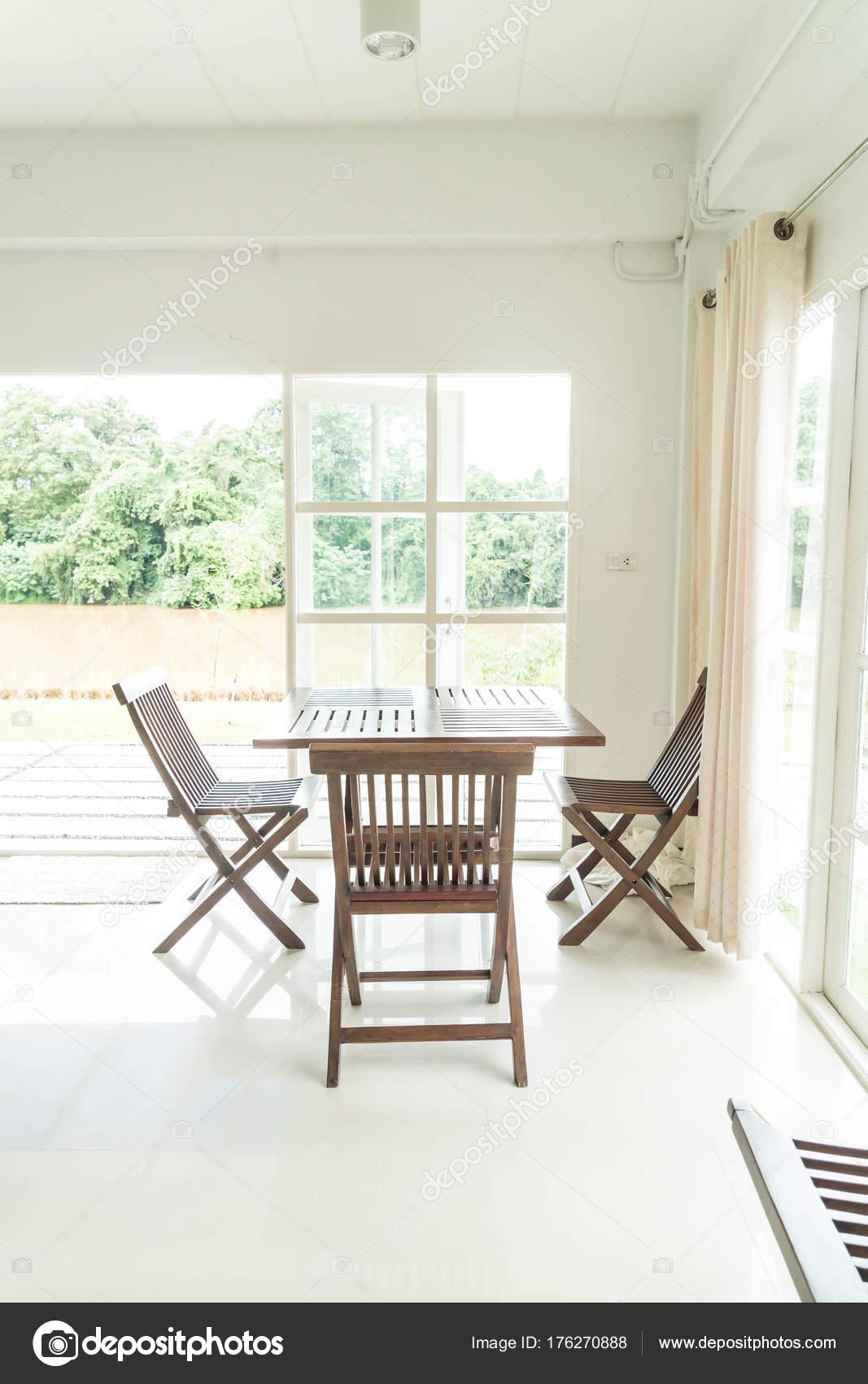 leere Tabelle und Stuhl im Wohnzimmer — Stockfoto © topntp #176270888