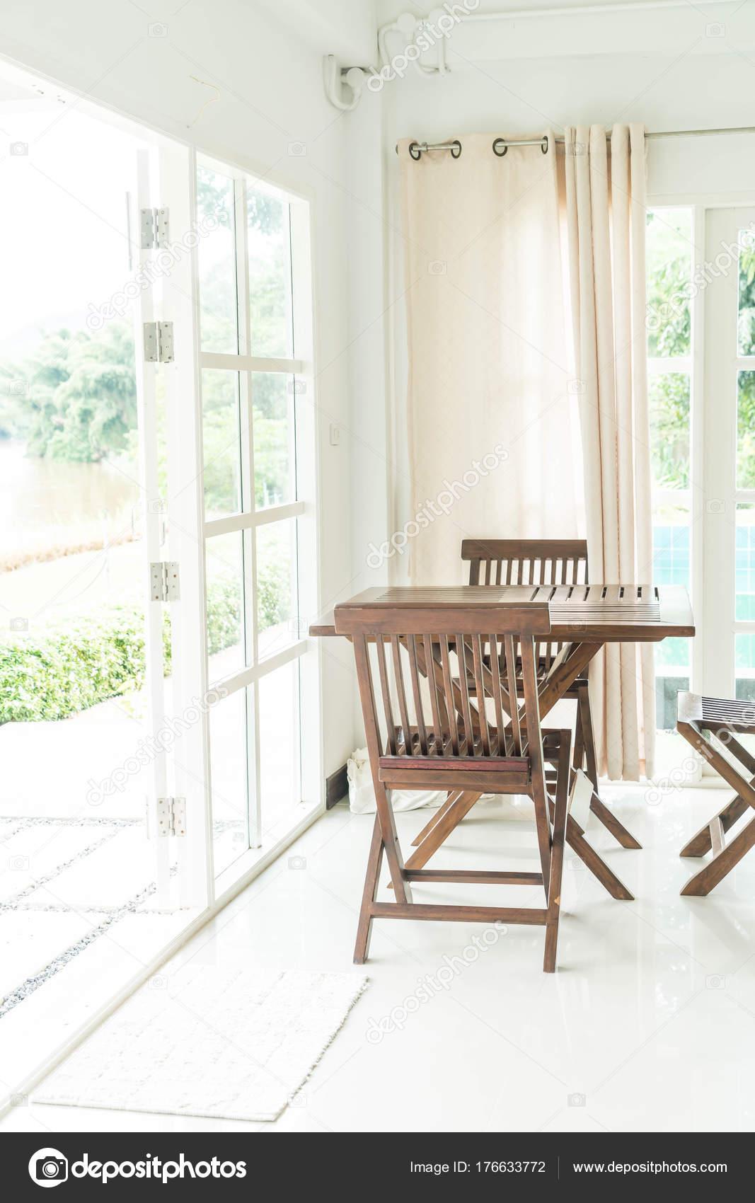 leere Tabelle und Stuhl im Wohnzimmer — Stockfoto © topntp #176633772