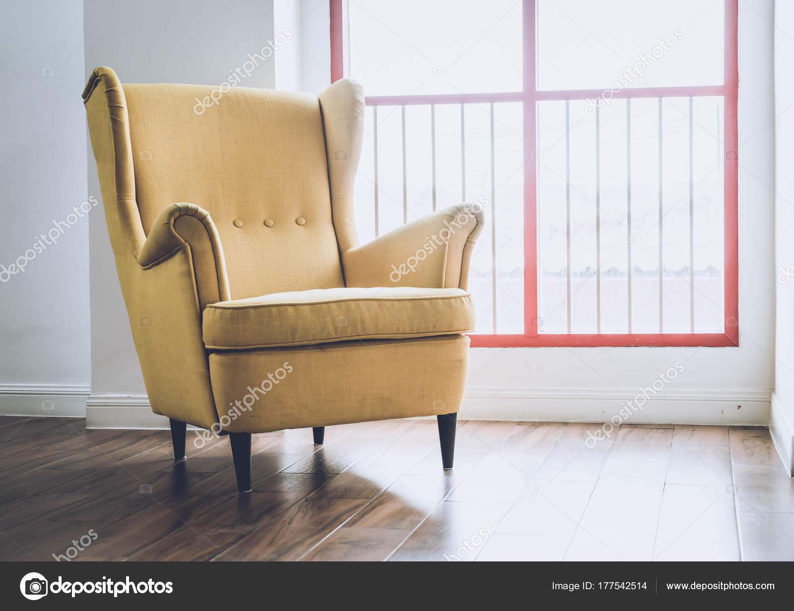Oude fauteuil decoratie in huis u2014 stockfoto © topntp #177542514