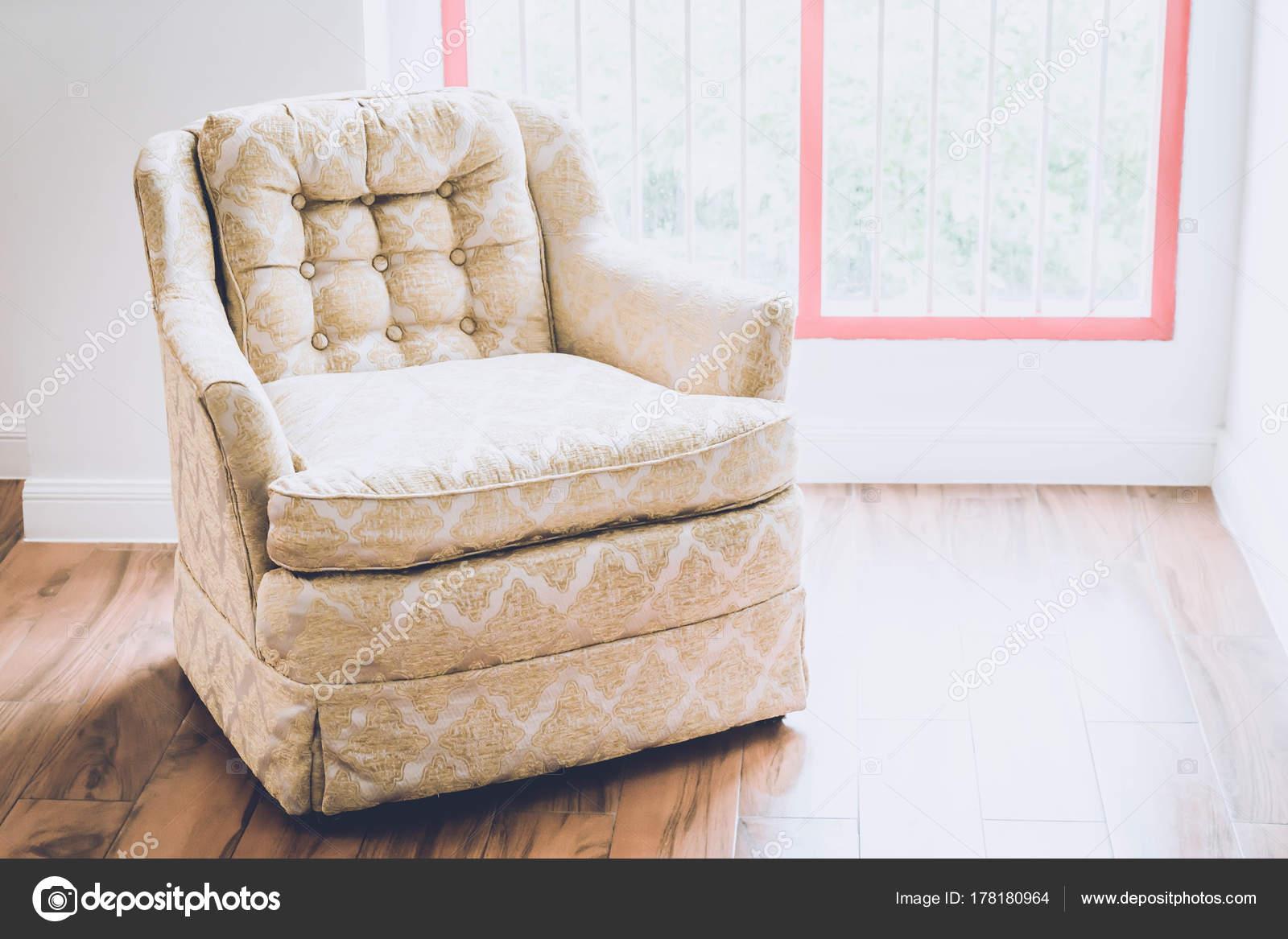 Oude fauteuil decoratie in huis u2014 stockfoto © topntp #178180964